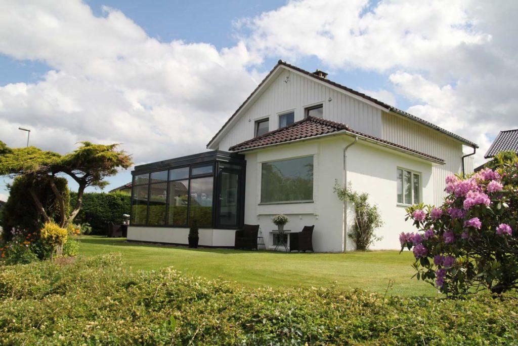 Eldre bolig fornyet med påbygget vinterstue med glassvegger.