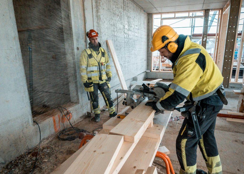 To menn jobber på byggeplass.