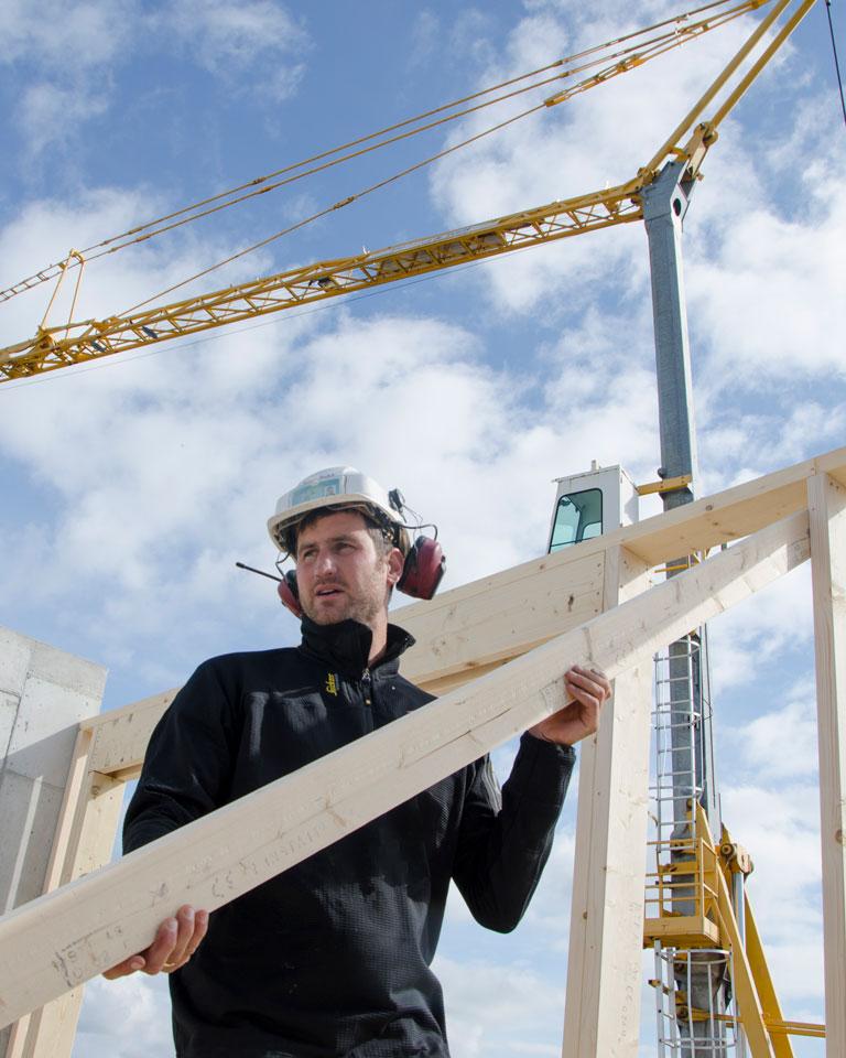 Tømrer i Gann Tre jobber utendørs