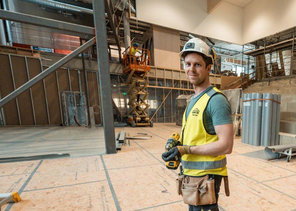 Tømrer fra Gann Tre inne i bygg under oppføring